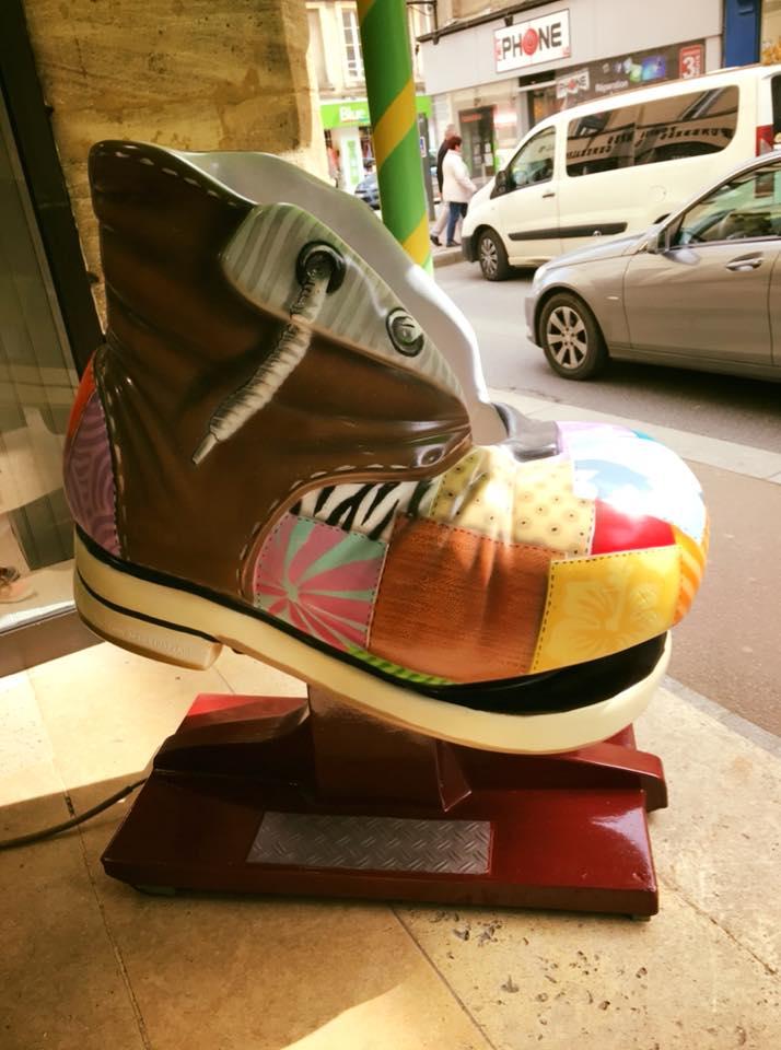 Et pour ceux qui n'ont pas encore eu l'occasion de venir la voir….. voici notre « chaussure manège » relookée. Une nouvelle paire de sandale …. un tour de manège….. et le Week End commence bien !☀️😃