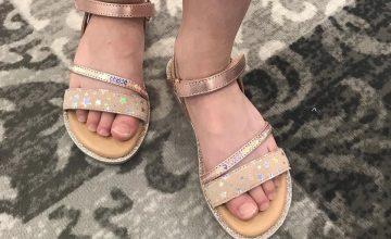 Aujourd'hui Garance a choisi une paire de sandales pailletées😍très bon choix !#littlemary#doleron#diabolomenthebayeux#chaussuresenfant#ibuyinbayeux