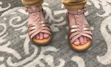Lisette attend avec impatience le soleil pour porter les sandales qu'elle a choisi aujourd'hui#diabolomenthebayeux#ibuyinbayeux#babybotte#chaussureenfant